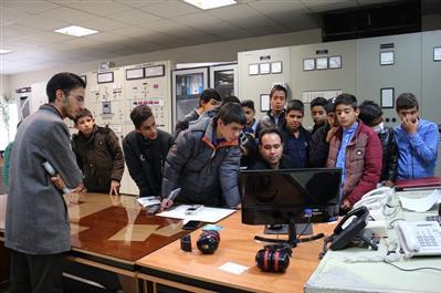 بازدید دانش آموزان مدرسه شهید عبداله زاده از نیروگاه زرند